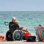 Met de rolstoel op het strand