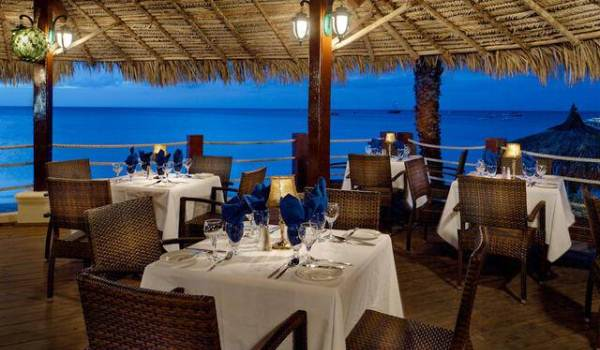 Slide4 600x350 Aruba Holiday Inn Beach-bar