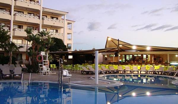 Hotel-Aparthotel-pool